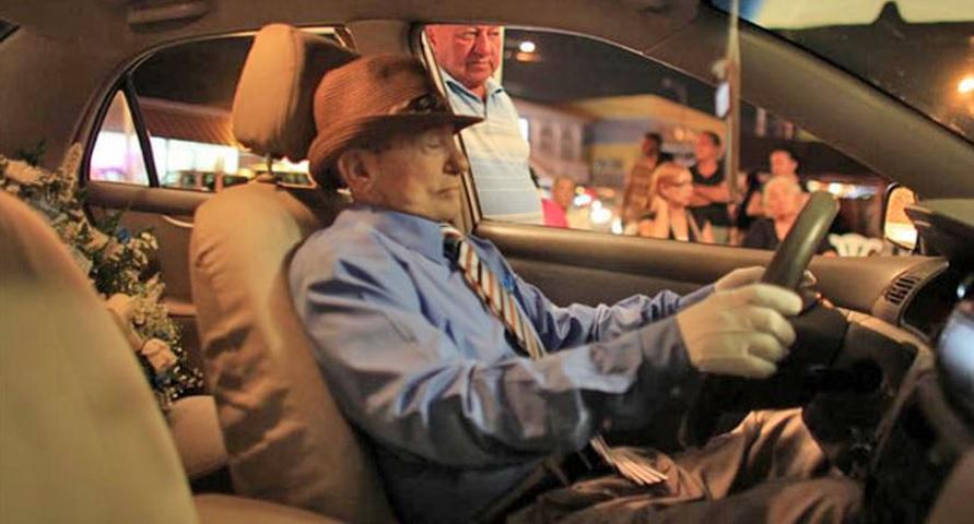 velan a taxista en auto